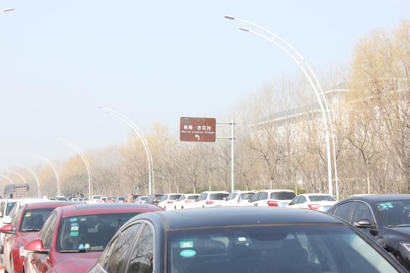 杏花村大门前的公路停车场
